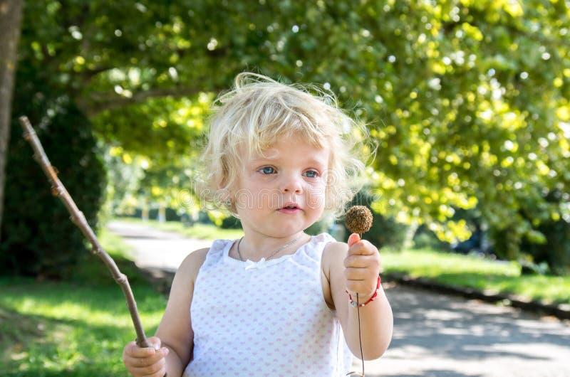 het blonde van het meisjekind schreeuwt bitter royalty-vrije stock fotografie