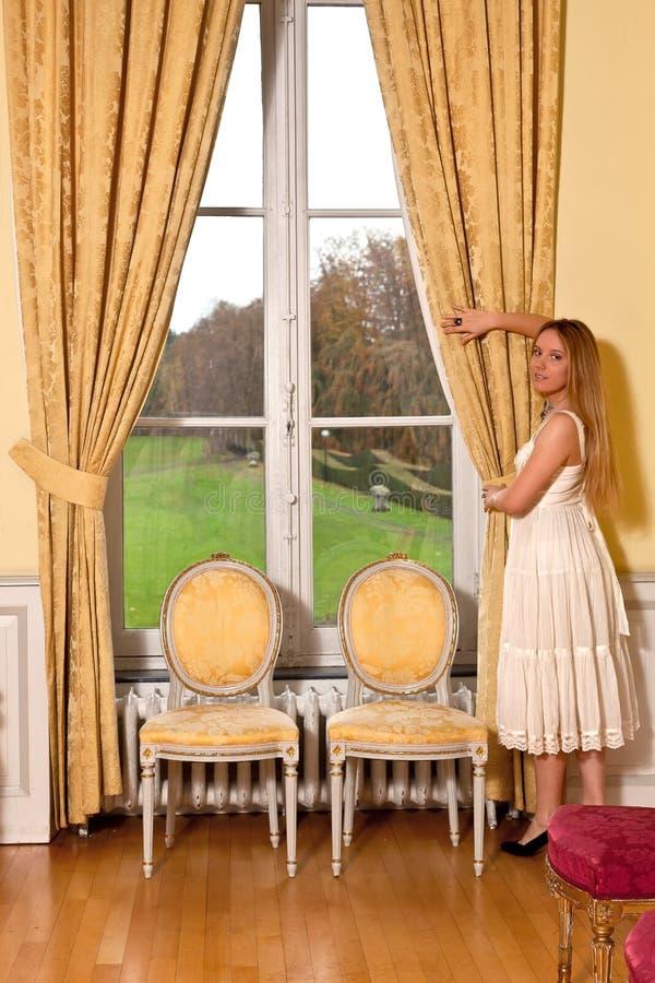 Het blonde venster van het meisjeskasteel royalty-vrije stock foto
