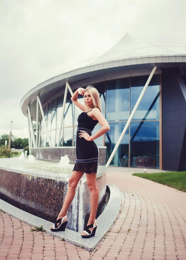 Het blonde vrouw openlucht stellen stock afbeeldingen