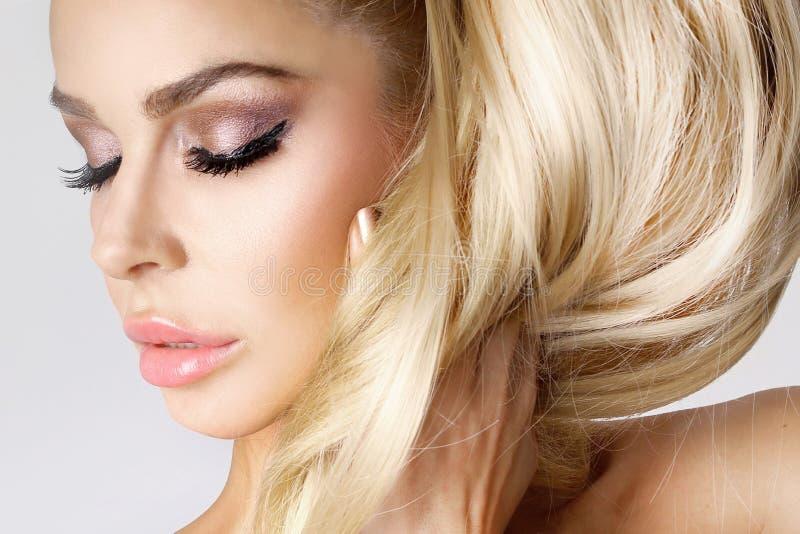 Het blonde vrouwelijk model van de portretschoonheid met verbazend lang haar en het perfecte de zorg van de gezichts schone jonge stock foto