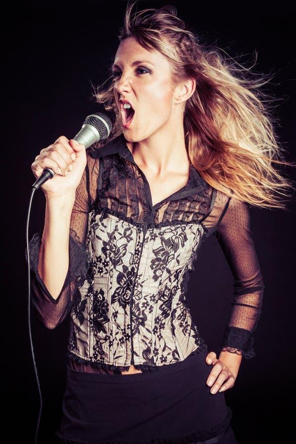 Het blonde Zingen van de Vrouw stock afbeeldingen