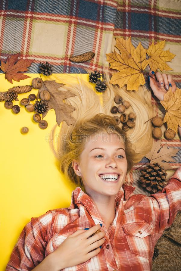 Het blondemeisje ligt op een warme deken Glimlachend meisje dat camera bekijkt De herfst gelukkige mensen en vreugde Het zwarte w stock foto's