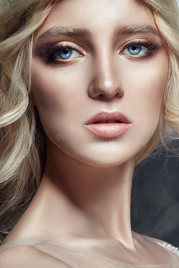 Het Blondemeisje van de kunstmanier met lange wimpers en duidelijke huid huid royalty-vrije stock fotografie