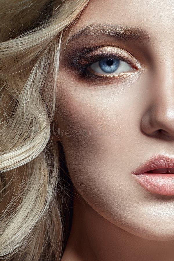 Het Blondemeisje van de kunstmanier met lange wimpers en duidelijke huid huid stock afbeeldingen
