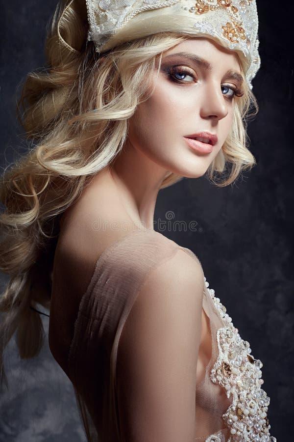Het Blondemeisje van de kunstmanier met lange wimpers en duidelijke huid huid royalty-vrije stock foto