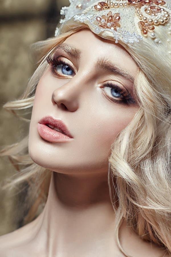 Het Blondemeisje van de kunstmanier met lange wimpers en duidelijke huid Huidzorg en zwepen Mooie lippen Prinseskoningin royalty-vrije stock afbeeldingen