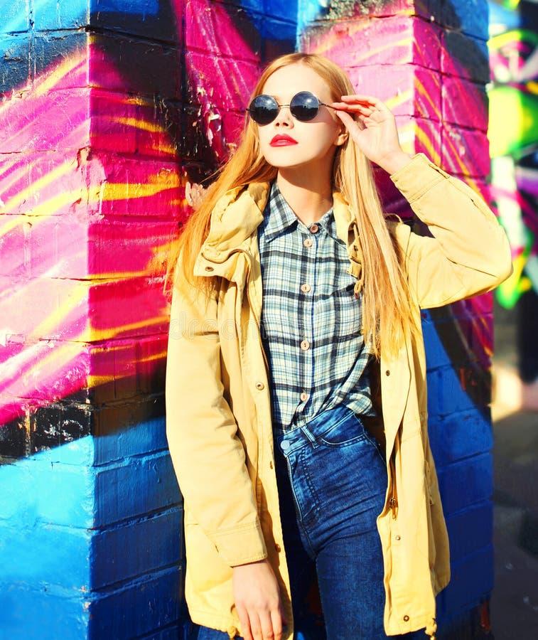 Het blondevrouw van het manierportret het mooie stellen in de stad stock foto