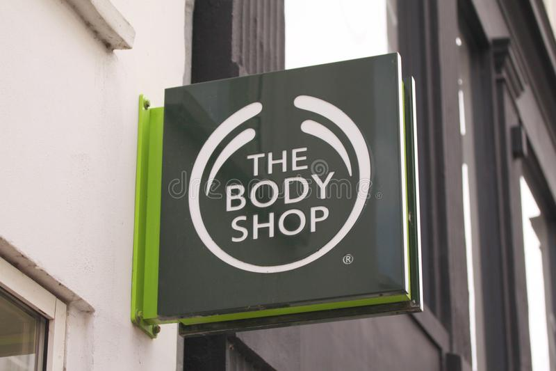 Het Body Shop-embleem op teken op voorgevel Body Shop is Britse schoonheidsmiddelen, huidzorg en parfumbedrijf stock foto's