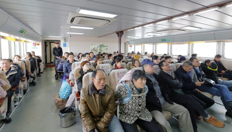 Het boeddhistische gelovige en de toerist nemen veerboot aan putuoshan eiland, rgb adobe stock foto's