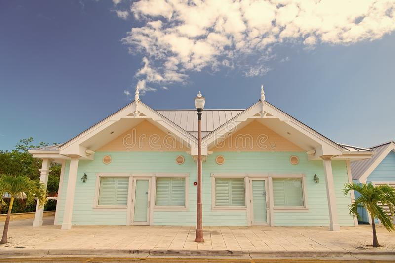 Het boek betaalt nu later Huisvest klein leuk flats tropisch eiland met palmen op zonnige de zomerdag vakantiewoningen stock fotografie