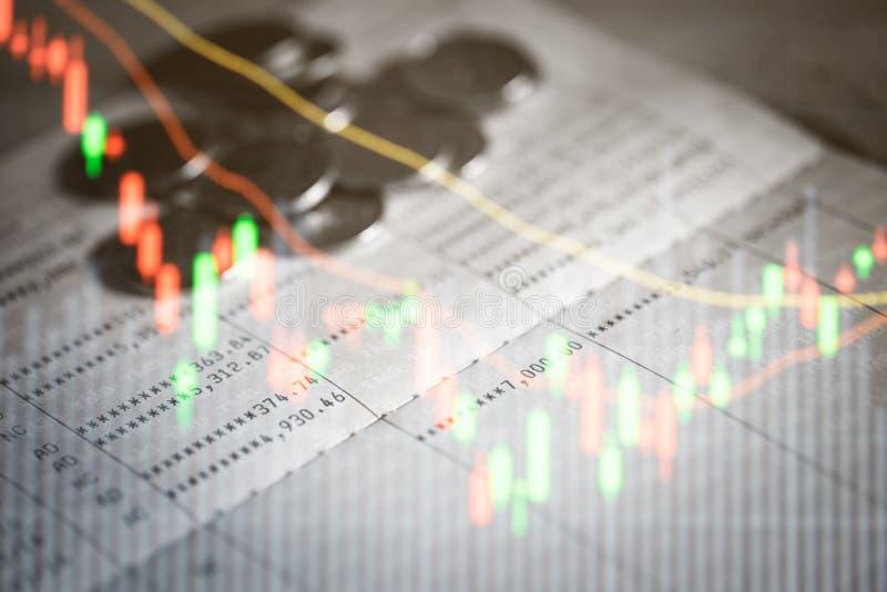 Het boek en de muntstukken van de spaarrekeningbank stock foto