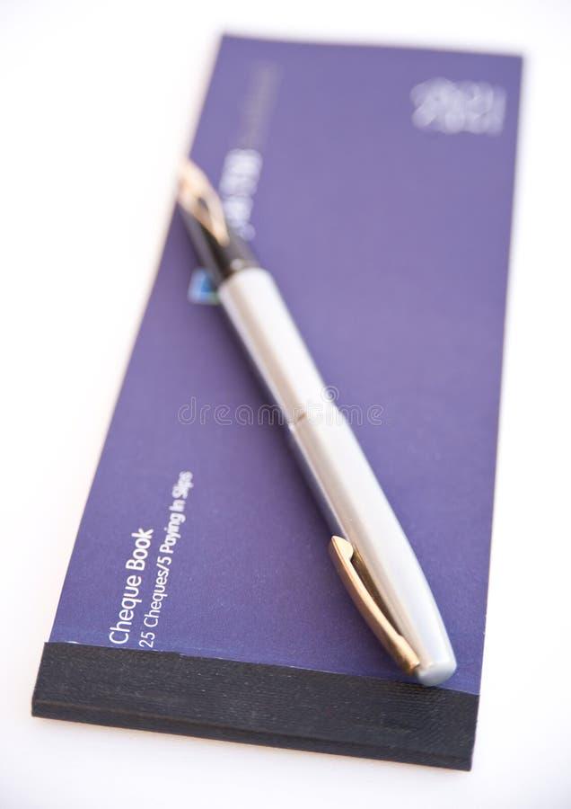 Het boek en de pen van de cheque. royalty-vrije stock fotografie