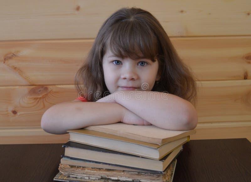 Het boek, kind, onderwijs, lezing, student, jongelui, vrouw, school, weinig, het leren, wit, las, leuk bestuderen, mooie boeken,  royalty-vrije stock foto