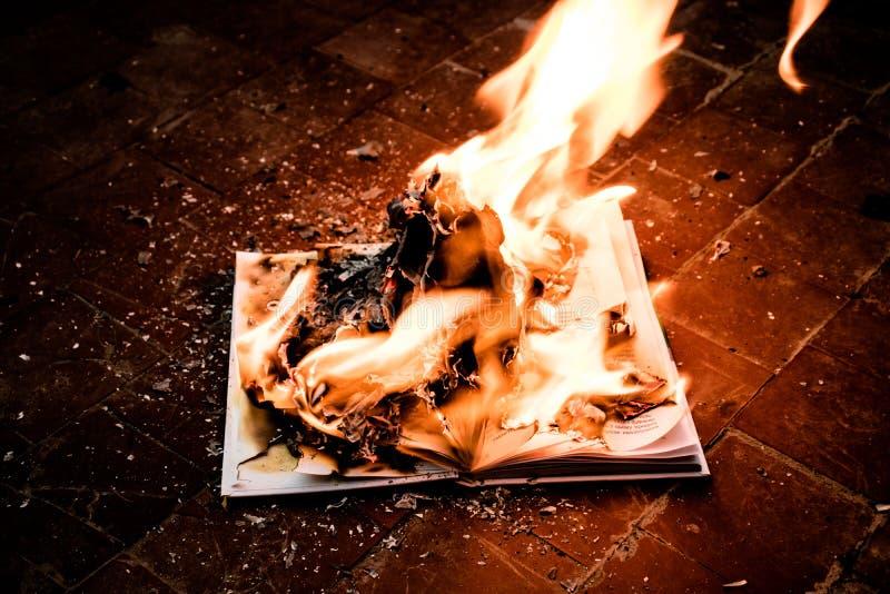 Het boek is op brand royalty-vrije stock afbeelding