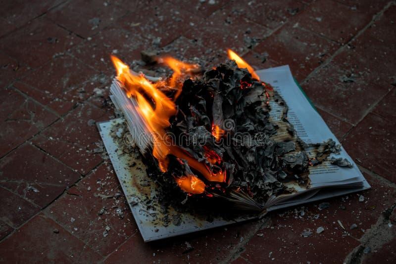 Het boek is op brand stock foto