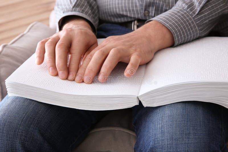 Het boek van de blindelezing dat in Braille wordt geschreven stock foto's
