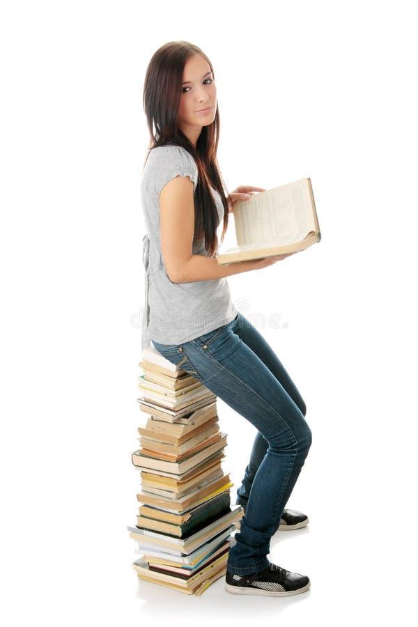 Het boek van de de vrouwenlezing van de tiener stock afbeeldingen