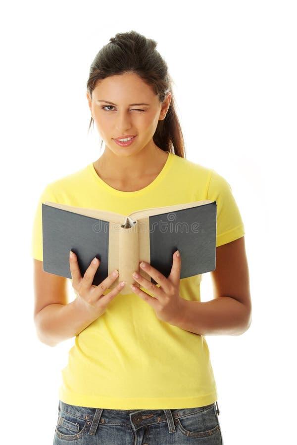 Het boek van de de vrouwenlezing van de tiener royalty-vrije stock afbeelding