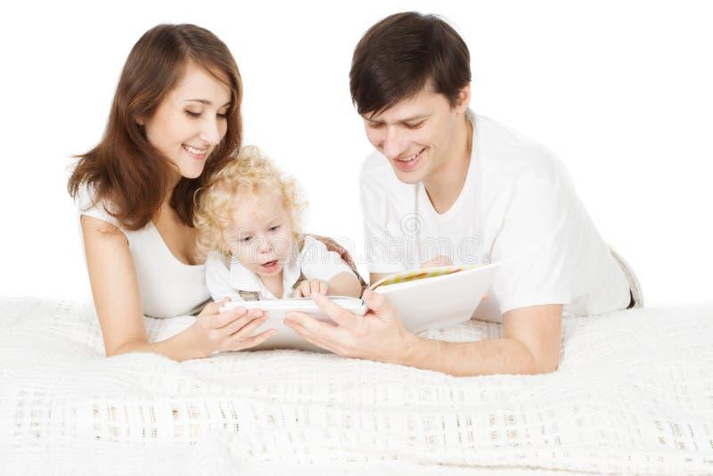 Het Boek van de familielezing, de Vader Read van de Oudersmoeder met Jong geitje royalty-vrije stock foto