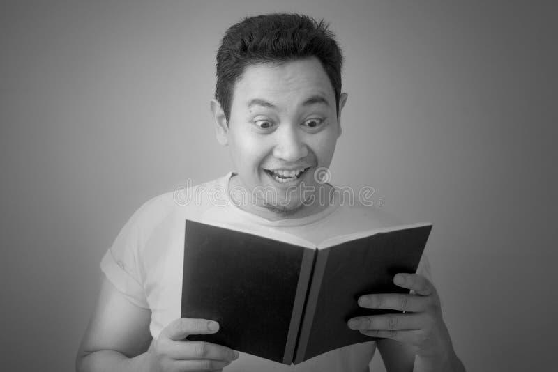 Het Boek van de jonge Mensenlezing met gelukkige Uitdrukking royalty-vrije stock afbeelding