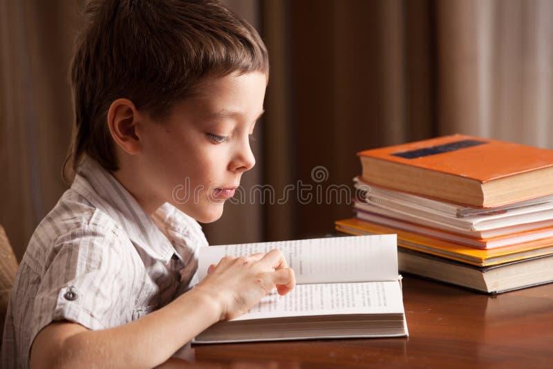 Het boek van de jongenslezing royalty-vrije stock foto