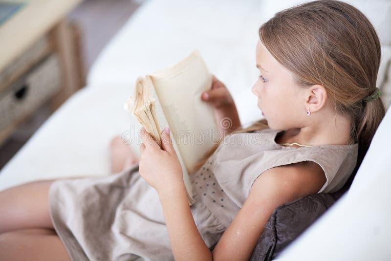 Het boek van de kindlezing royalty-vrije stock foto's