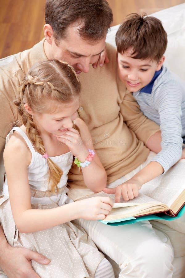 Het boek van de lezing samen stock foto