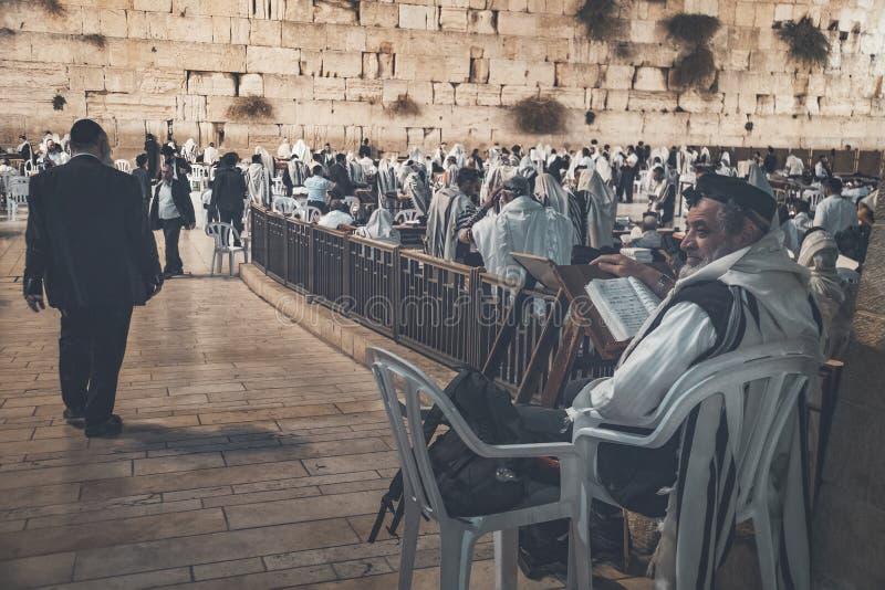 Het boek van het de lezingsgebed van godsdienstjood Torah op de lijst voor de loeiende muur in de oude stad van Jeruzalem Israël  royalty-vrije stock foto