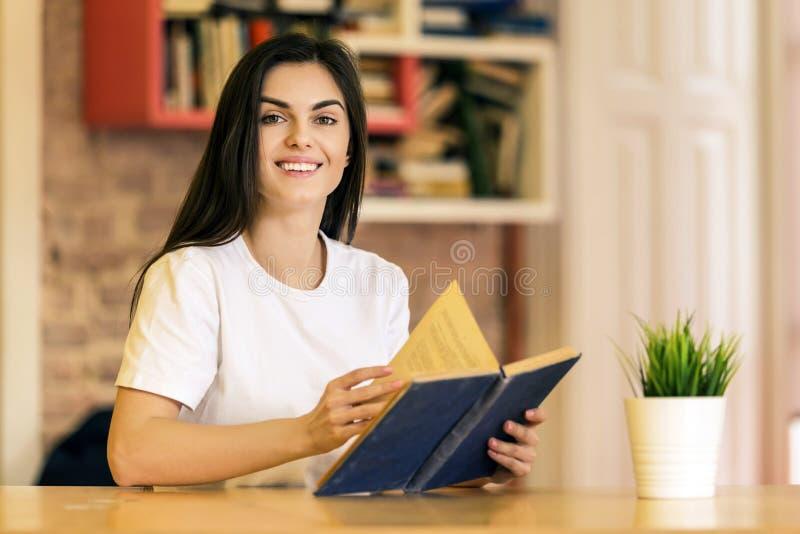 het boek van de meisjesLezing stock foto