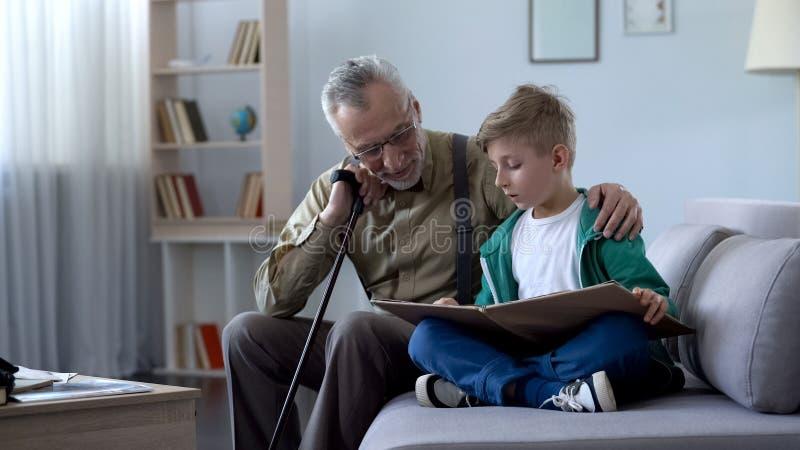 Het boek van de opalezing met jongen, die thuiswerk doen samen, opvoedingsgeneratie royalty-vrije stock foto