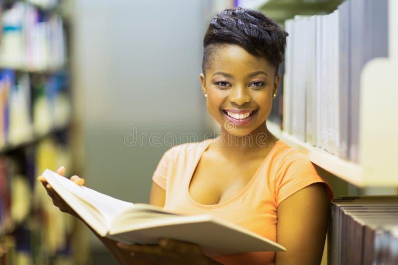 Het boek van de studentenlezing royalty-vrije stock afbeeldingen