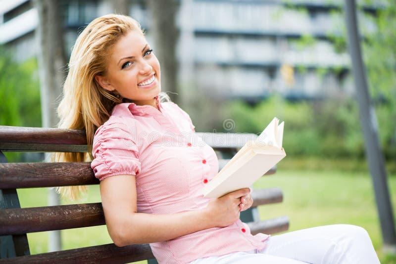 Het Boek van de vrouwenlezing in het Park stock afbeelding