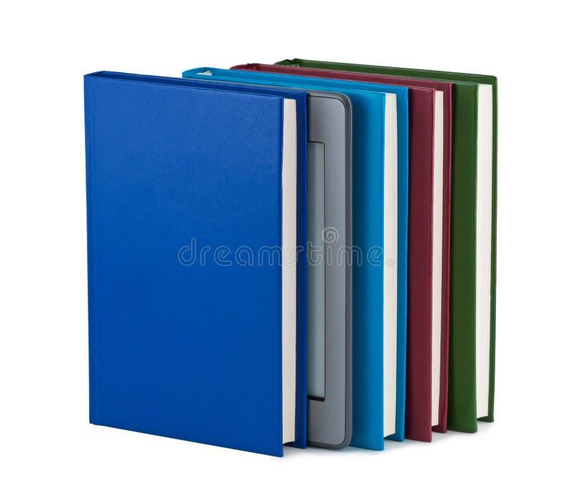 Het boek van Electonics met boeken op witte achtergrond. stock foto