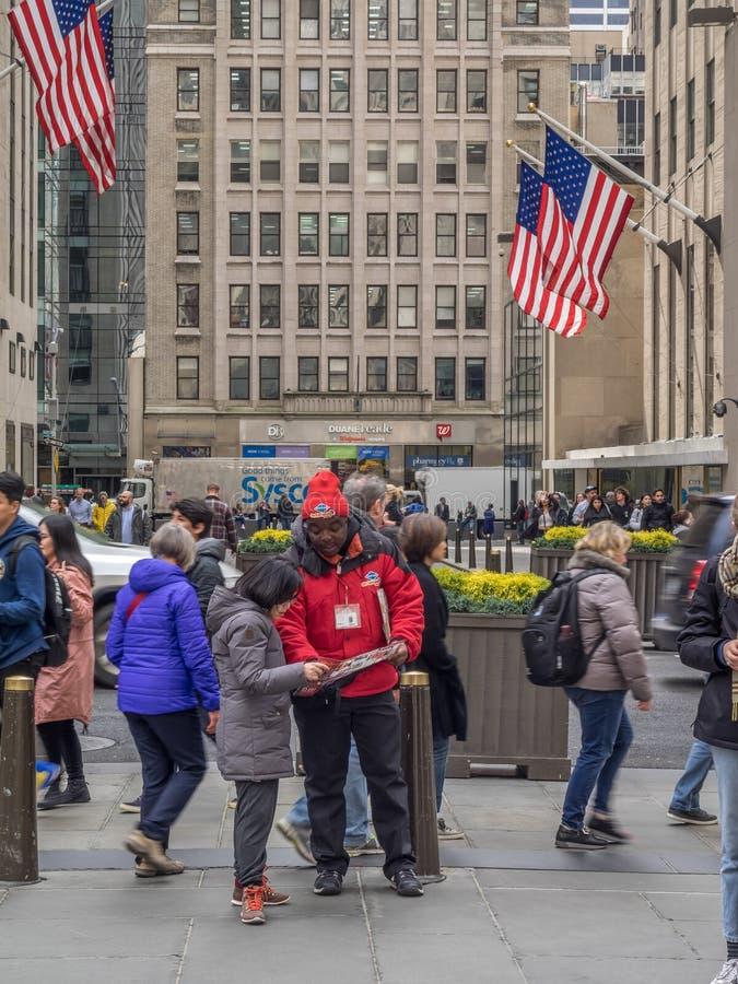 Het boeken van Grote Bus buiten Rockefeller-Centrum stock foto's