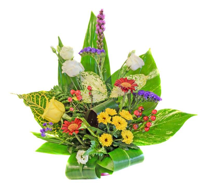 Het boeket, bloemenregeling met chrysantemus, witte rozen, kleurde wilde rozen, rode Pyracantha-geïsoleerde bessen, dichte omhoog stock foto's