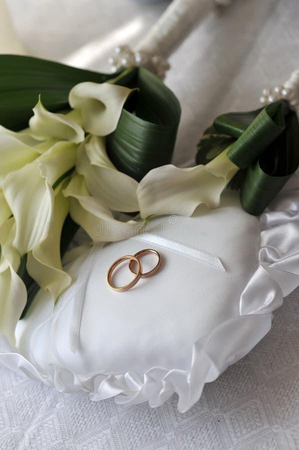 Het boeket en de ringen van de bruid royalty-vrije stock afbeeldingen