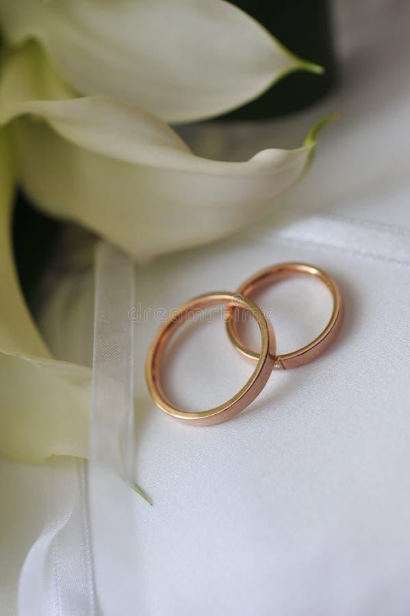 Het boeket en de ringen van de bruid stock foto
