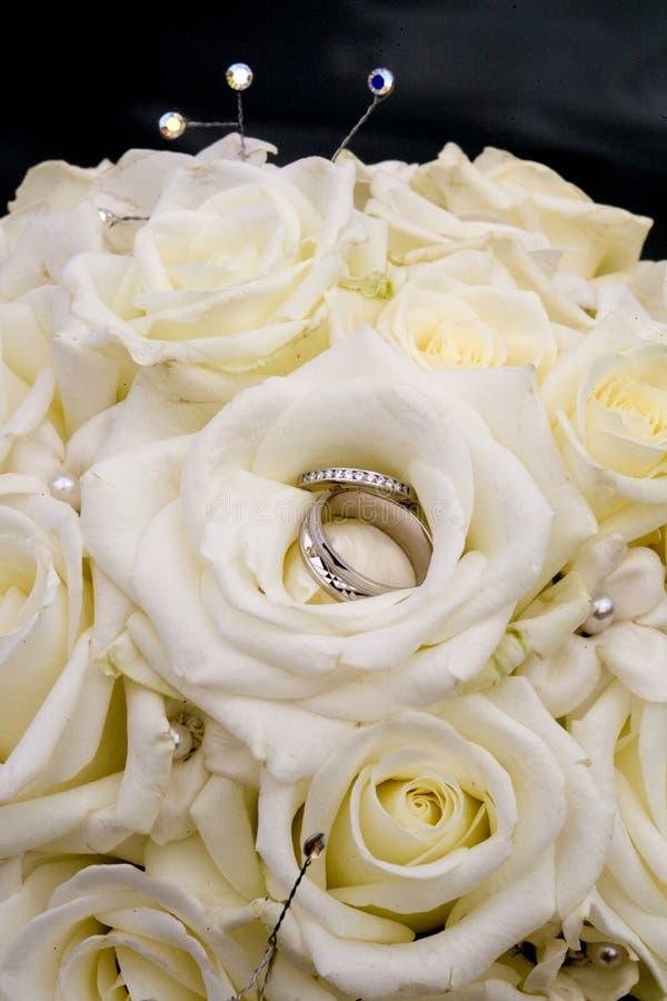 Het boeket en de trouwringen van het huwelijk royalty-vrije stock foto