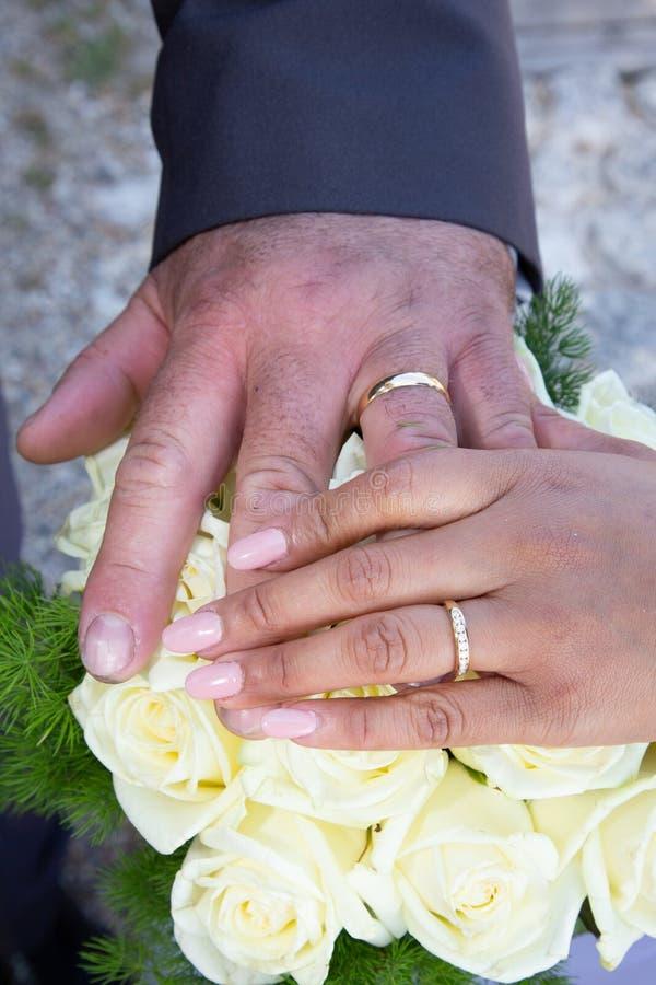 Het boeket en het huwelijksringenclose-up van huwelijks wit bloemen bruids royalty-vrije stock afbeeldingen