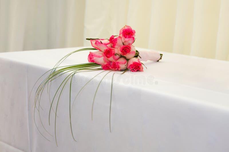 Het boeket roze rozen van het huwelijk stock afbeelding