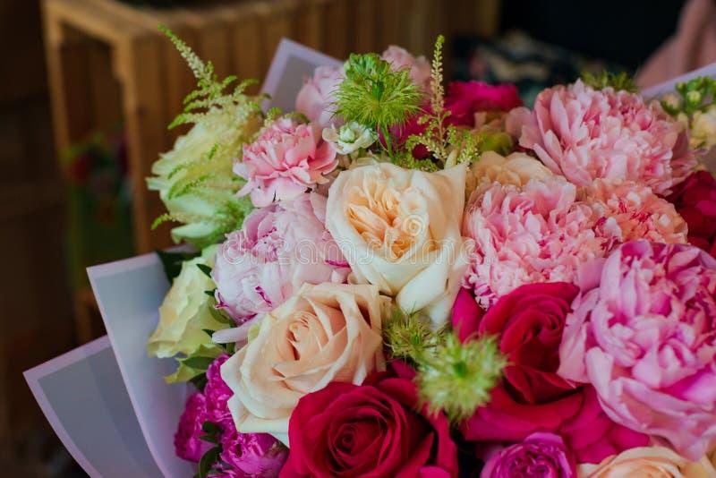 Het boeket van bloemen van anemoon nam Ranunculus de eucalyptusnarcissen van de mattiolatulp voor een huwelijk of een vakantie to royalty-vrije stock afbeeldingen
