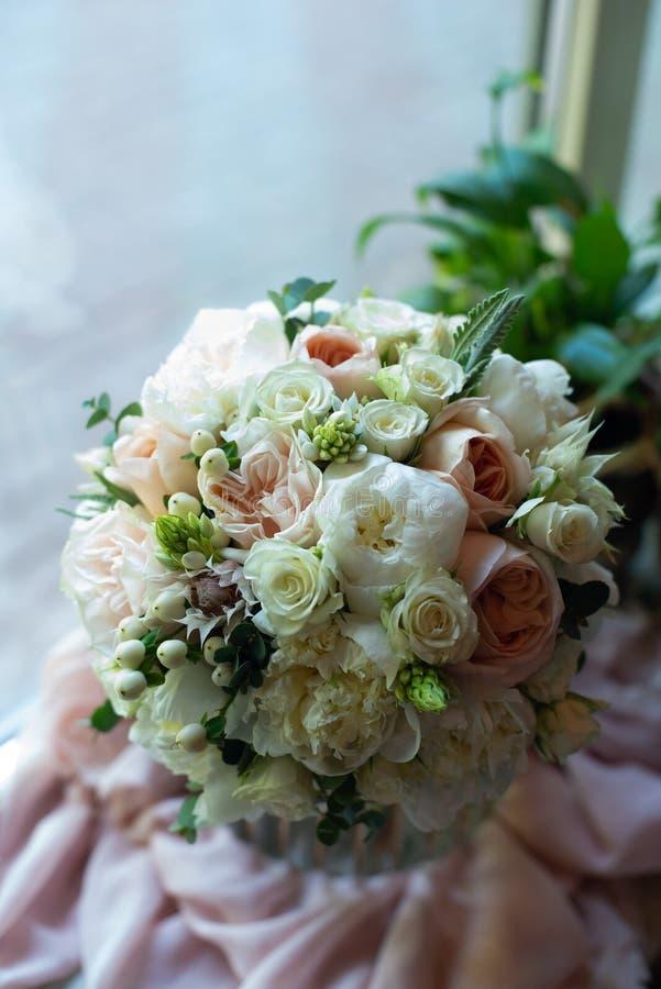 Het boeket van bloemen op een been binnen het restaurant voor een viering winkelt floristry of huwelijkssalon royalty-vrije stock afbeeldingen