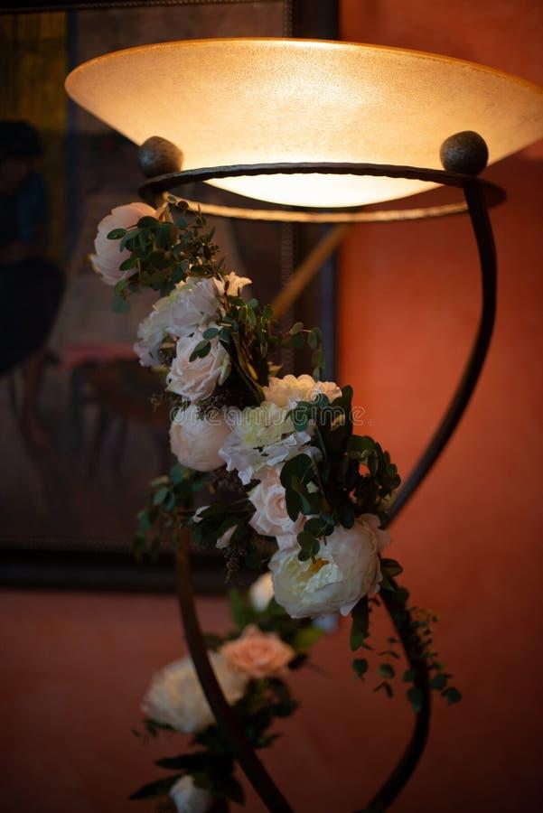 Het boeket van bloemen op een been binnen het restaurant voor een viering winkelt floristry of huwelijkssalon stock foto's