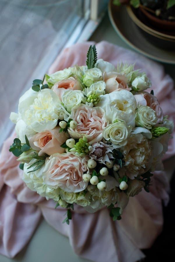 Het boeket van bloemen op een been binnen het restaurant voor een viering winkelt floristry of huwelijkssalon royalty-vrije stock foto's