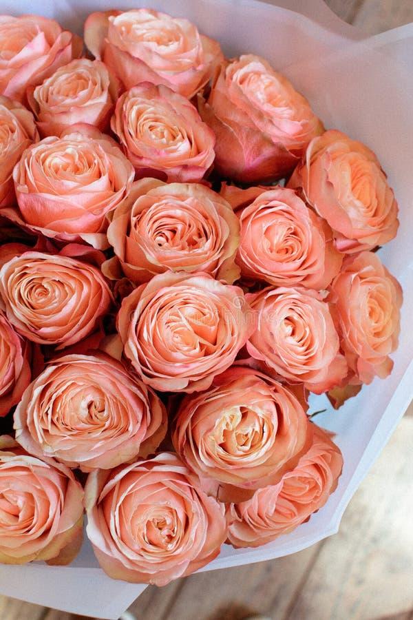 Het boeket van bloemen op een been binnen het restaurant voor een viering winkelt floristry of huwelijkssalon stock foto
