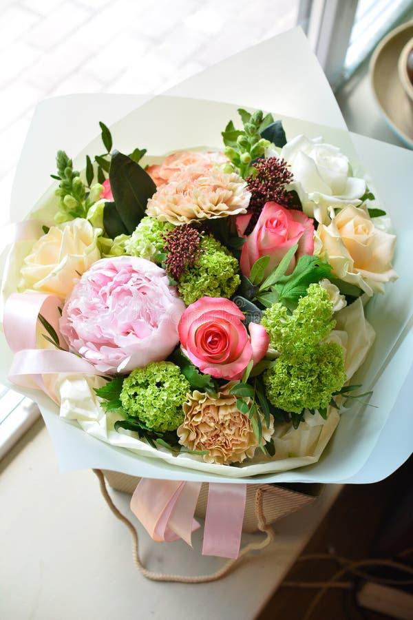 Het boeket van bloemen op een been binnen het restaurant voor een viering winkelt floristry of huwelijkssalon royalty-vrije stock afbeelding