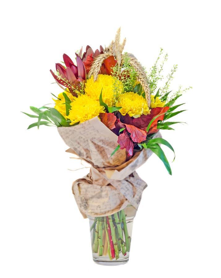 Het boeket van chrysanten gele bloemen, tarwe, wilde bloemen, bloemenregeling, sluit omhoog, geïsoleerde, witte achtergrond stock foto's