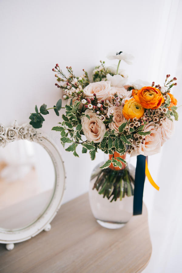 Het boeket van de de lentebloem in glasvaas op lijst royalty-vrije stock foto