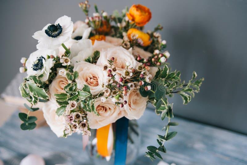 Het boeket van de de lentebloem op houten plaat royalty-vrije stock afbeelding