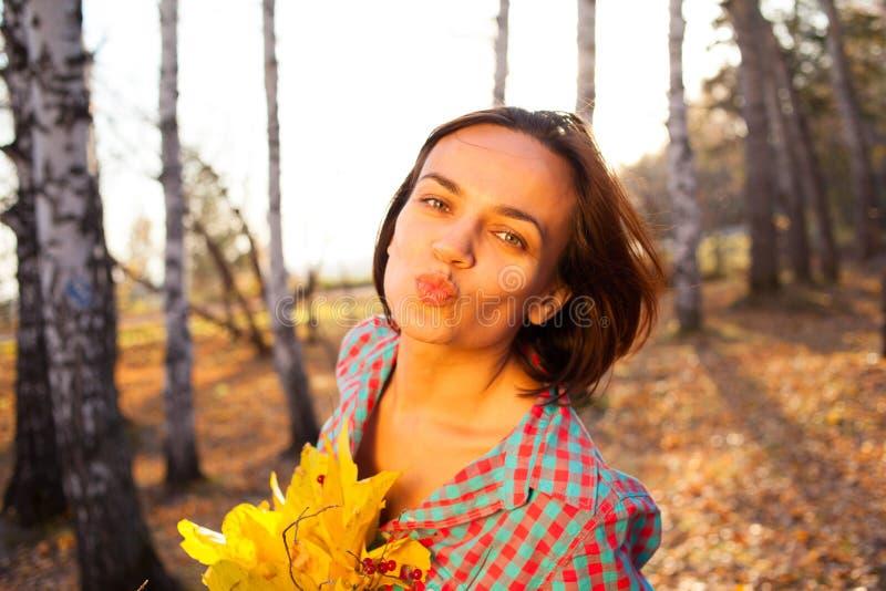 Het boeket van de de vrouwenholding van het tienermeisje van de herfst stock fotografie